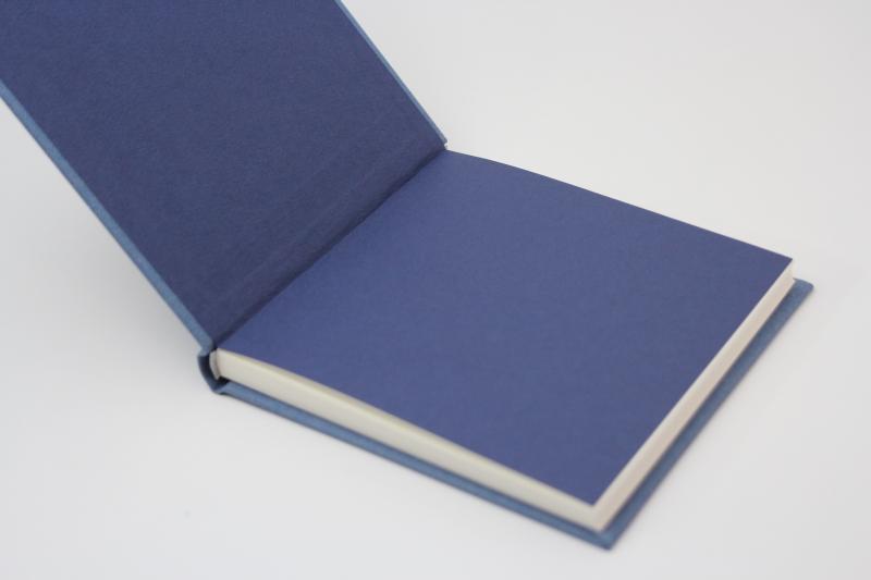 """Kleinesbild - handeingebundenes Schreibbuch mit blauem Mattleinen-Einband  """"Sternengeflüster """" Titelprägung in silber"""