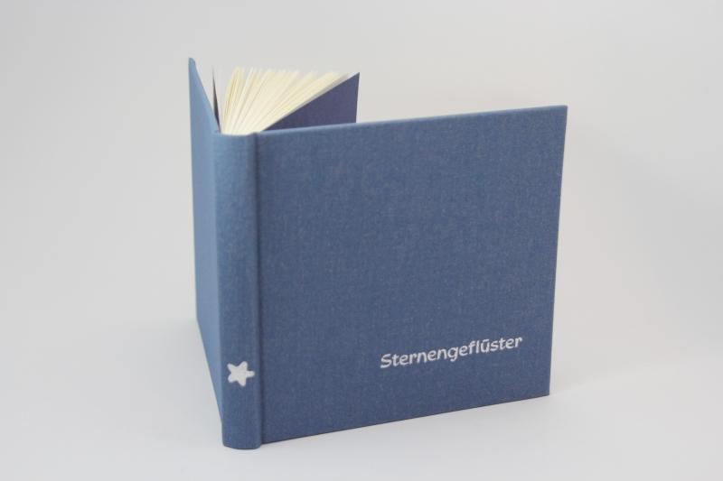 """- handeingebundenes Schreibbuch mit blauem Mattleinen-Einband  """"Sternengeflüster """" Titelprägung in silber - handeingebundenes Schreibbuch mit blauem Mattleinen-Einband  """"Sternengeflüster """" Titelprägung in silber"""