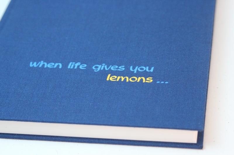 """- handeingebundenes Schreibbuch in blauem Mattleinen-Einband mit zweifarbiger Titelprägung """"When life gives you lemon...""""  - handeingebundenes Schreibbuch in blauem Mattleinen-Einband mit zweifarbiger Titelprägung """"When life gives you lemon..."""""""