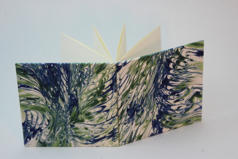 - handgebundenes Leporello mit unikatem Marmorpapier bezogen   - handgebundenes Leporello mit unikatem Marmorpapier bezogen