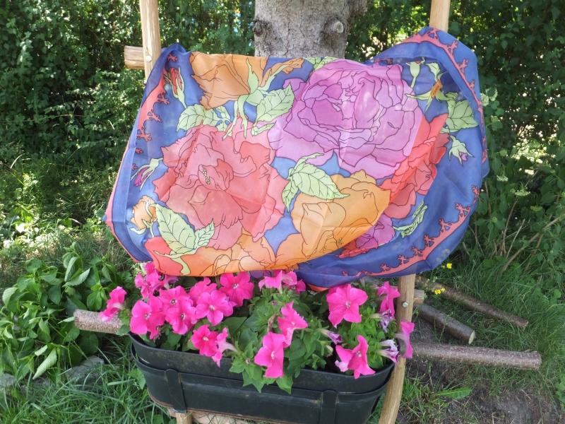 Kleinesbild -  Seidentuch mit Rot, Orange und Pinkfarbenen Rosen