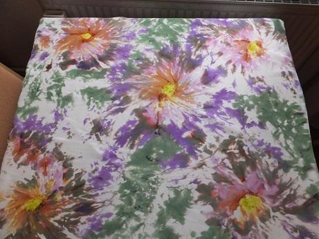 - Seidentuch mit grünen und lila Blumen im Batiklook - Seidentuch mit grünen und lila Blumen im Batiklook