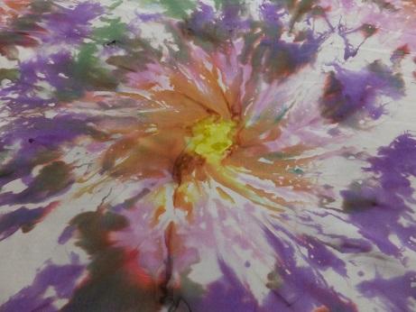 Kleinesbild - Seidentuch mit grünen und lila Blumen im Batiklook