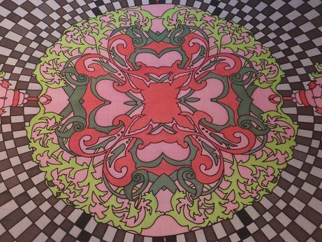 Kleinesbild - Seidentuch mit grünen Blättern, einem Schachbrettartigem Muster und roten Blüten