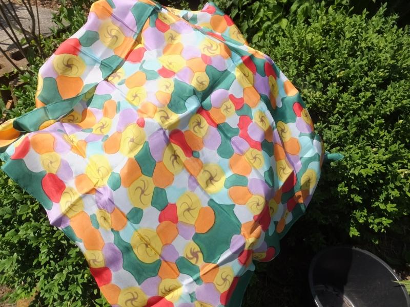 Kleinesbild - Seidentuch mit bunten abstrakten Blumen und grünem Hintergrund