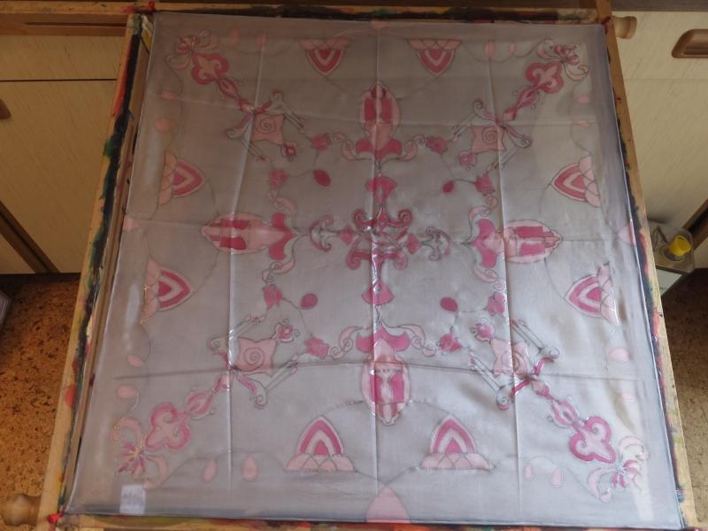 - Seidentuch mit einem rosafarbenden orientalischen Muster - Seidentuch mit einem rosafarbenden orientalischen Muster