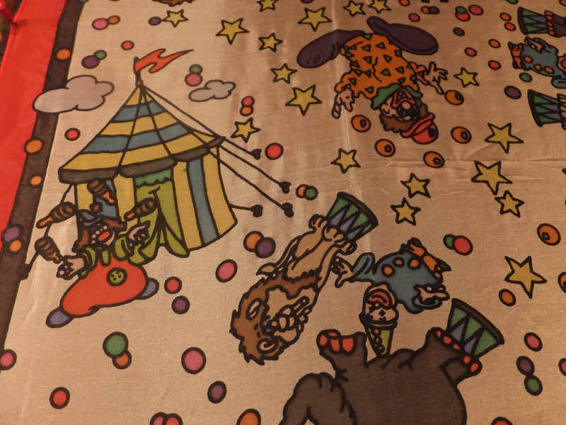 Kleinesbild - Seidentuch mit  Clowns und vor einem Zirkuszelt