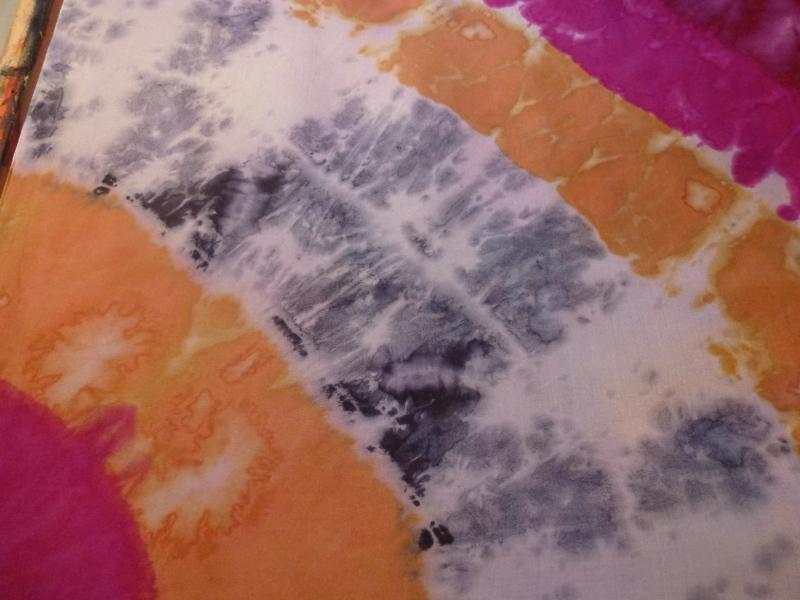 Kleinesbild - Seidentuch mit einem beige und pinkfarbenen Muster im Batiklook
