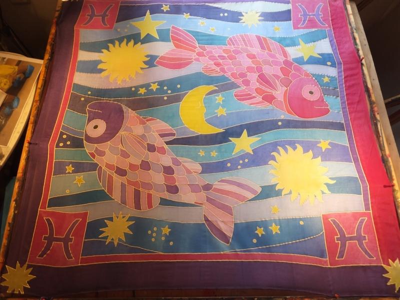 -  Seidentuch mit zwei großen bunten Sternzeichen Fischen -  Seidentuch mit zwei großen bunten Sternzeichen Fischen