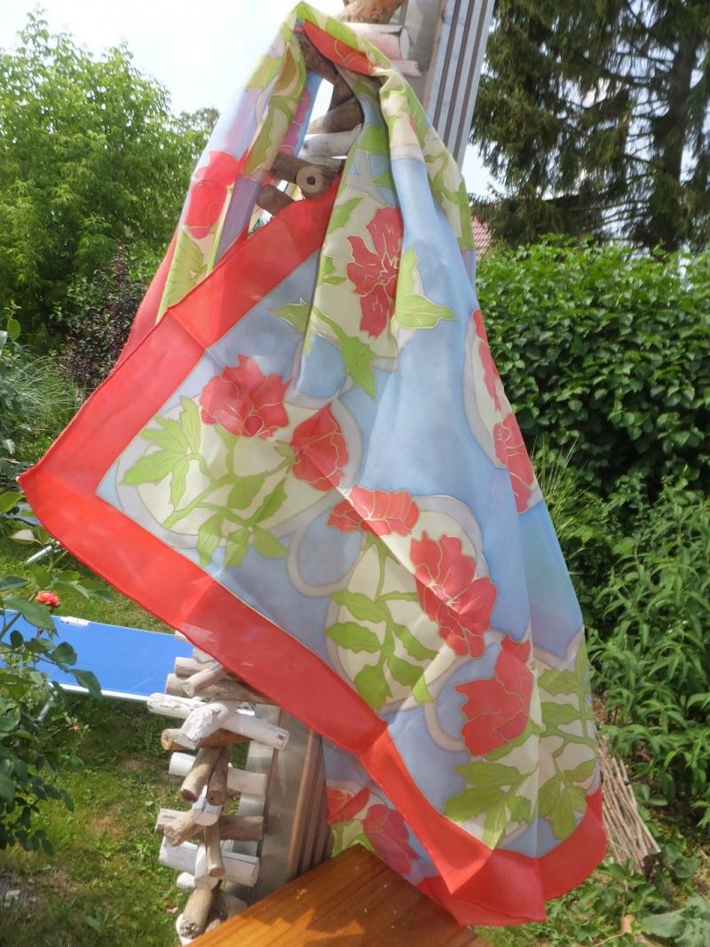 Kleinesbild - Seidentuch mit roten Blumen auf hellblauem Hintergrund