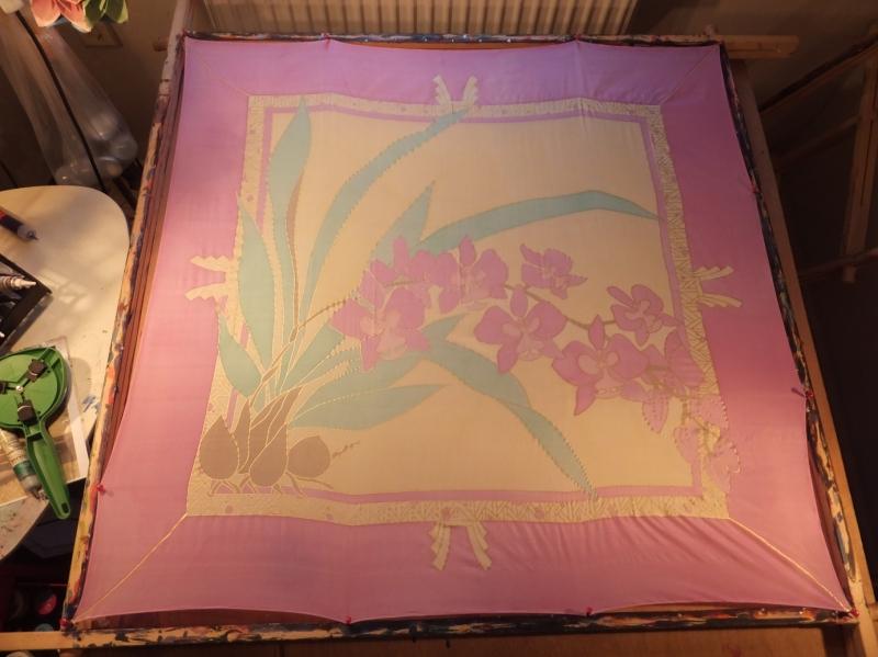 - Seidentuch mit einem Zweig  rosafarbenen Schwertlilien, auch Iris genannt - Seidentuch mit einem Zweig  rosafarbenen Schwertlilien, auch Iris genannt