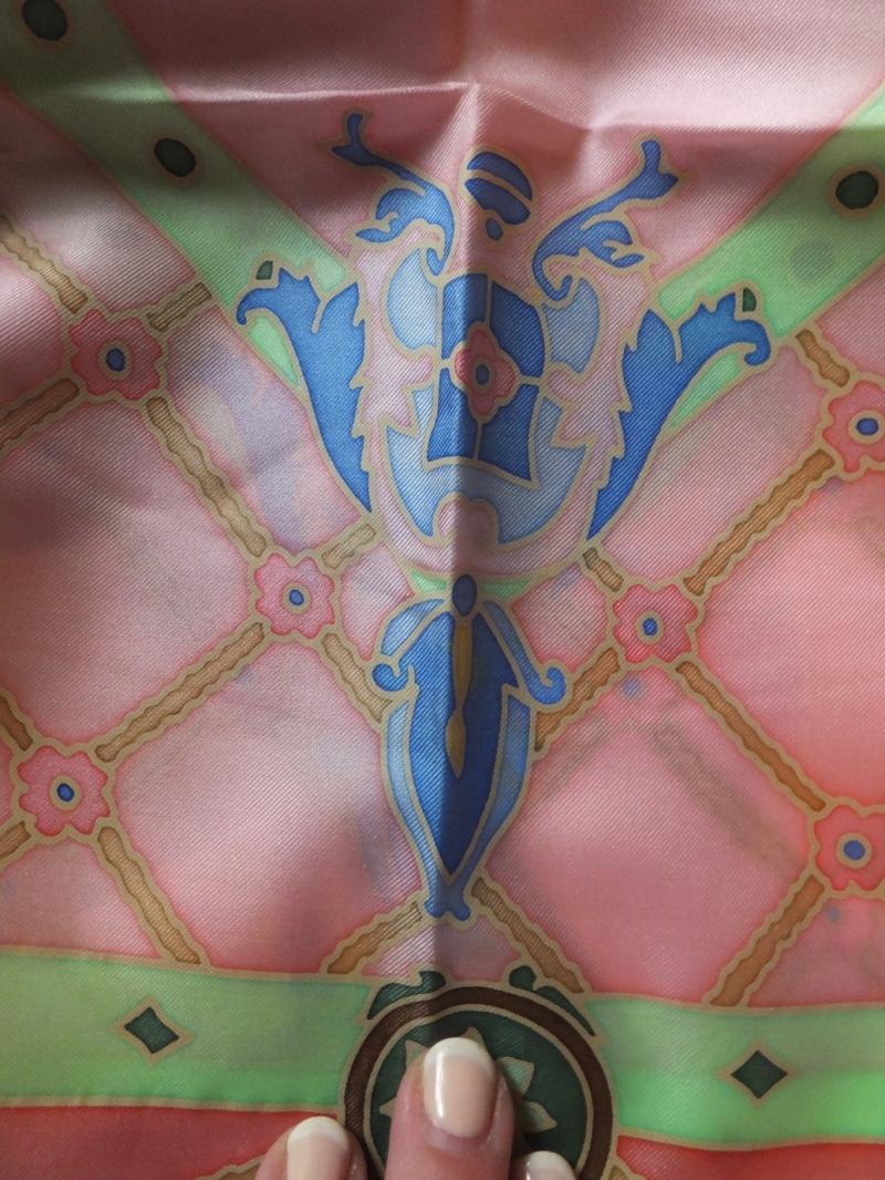 Kleinesbild - Seidentuch mit einem rose karrierten Hintergrund auf dem hellblaue Bänder zu sehen sind