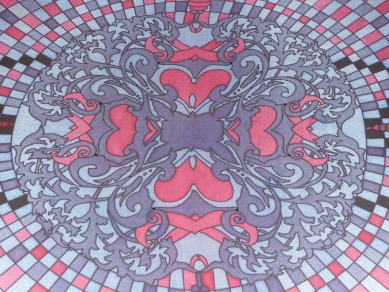 Kleinesbild - Seidentuch mit roten Ornamenten, einem Schachbrettartigem Muster in Rot Schwarz und roten Blüten