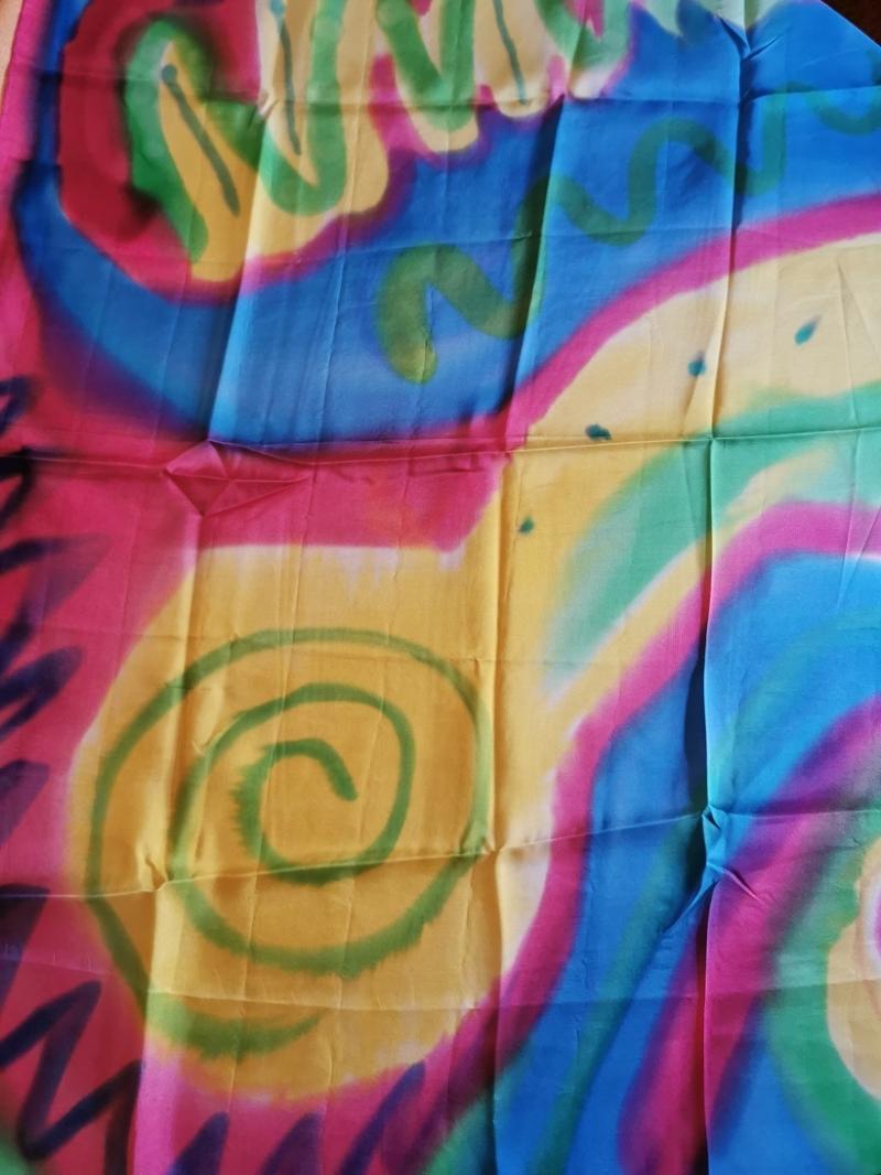 Kleinesbild - Seidentuch in den Farben blau, rot, grün und gelb