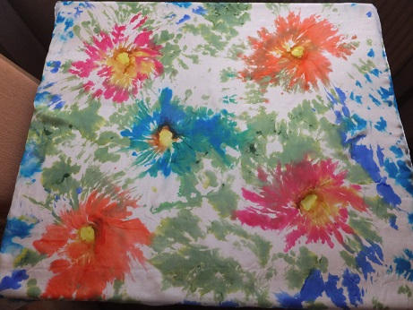 - Seidentuch mit roten und blauen Blumen im Batiklook  - Seidentuch mit roten und blauen Blumen im Batiklook