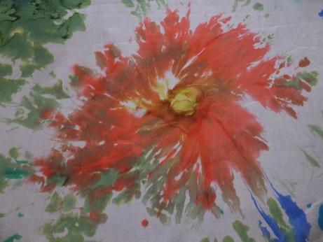 Kleinesbild - Seidentuch mit roten und blauen Blumen im Batiklook