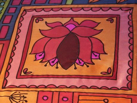 Kleinesbild - Seidentuch mit einem rot/orange/blau/grünen Muster aus verschiedenen Motiven