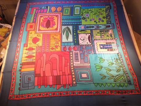 - Seidentuch mit einem rot/orange/blau/grünen Muster aus verschiedenen Motiven - Seidentuch mit einem rot/orange/blau/grünen Muster aus verschiedenen Motiven
