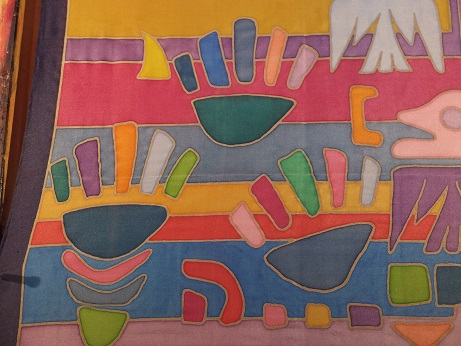 Kleinesbild - Seidentuch mit einem bunten Streifen, Handabdrücken, Tieren und Schiffen in eigenwilliger Form