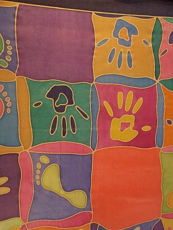 Kleinesbild - Seidentuch mit vielen bunten Hand und Fussabdrücken