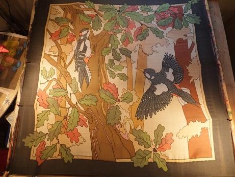 - Seidentuch mit zwei schwarzen Elstern die durch den herbstlichen Wald fliegen - Seidentuch mit zwei schwarzen Elstern die durch den herbstlichen Wald fliegen