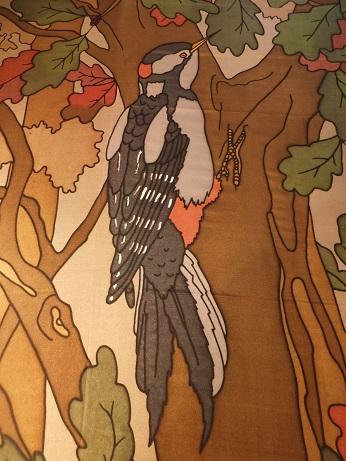 Kleinesbild - Seidentuch mit zwei schwarzen Elstern die durch den herbstlichen Wald fliegen