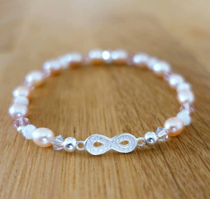 - Perlenarmband pastellfarben mit Infinity-Echtsilberanhänger - Perlenarmband pastellfarben mit Infinity-Echtsilberanhänger