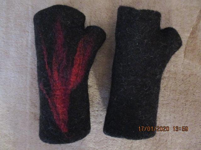 Kleinesbild - Handgefilzte Stulpen in schwarz