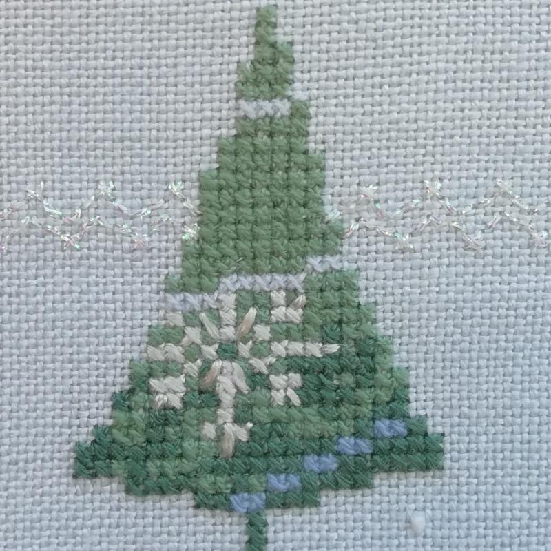 Kleinesbild - Glitzernde Weihnachtsbäume und Sterne ★ auf hellblauen Leinen gestickt ★