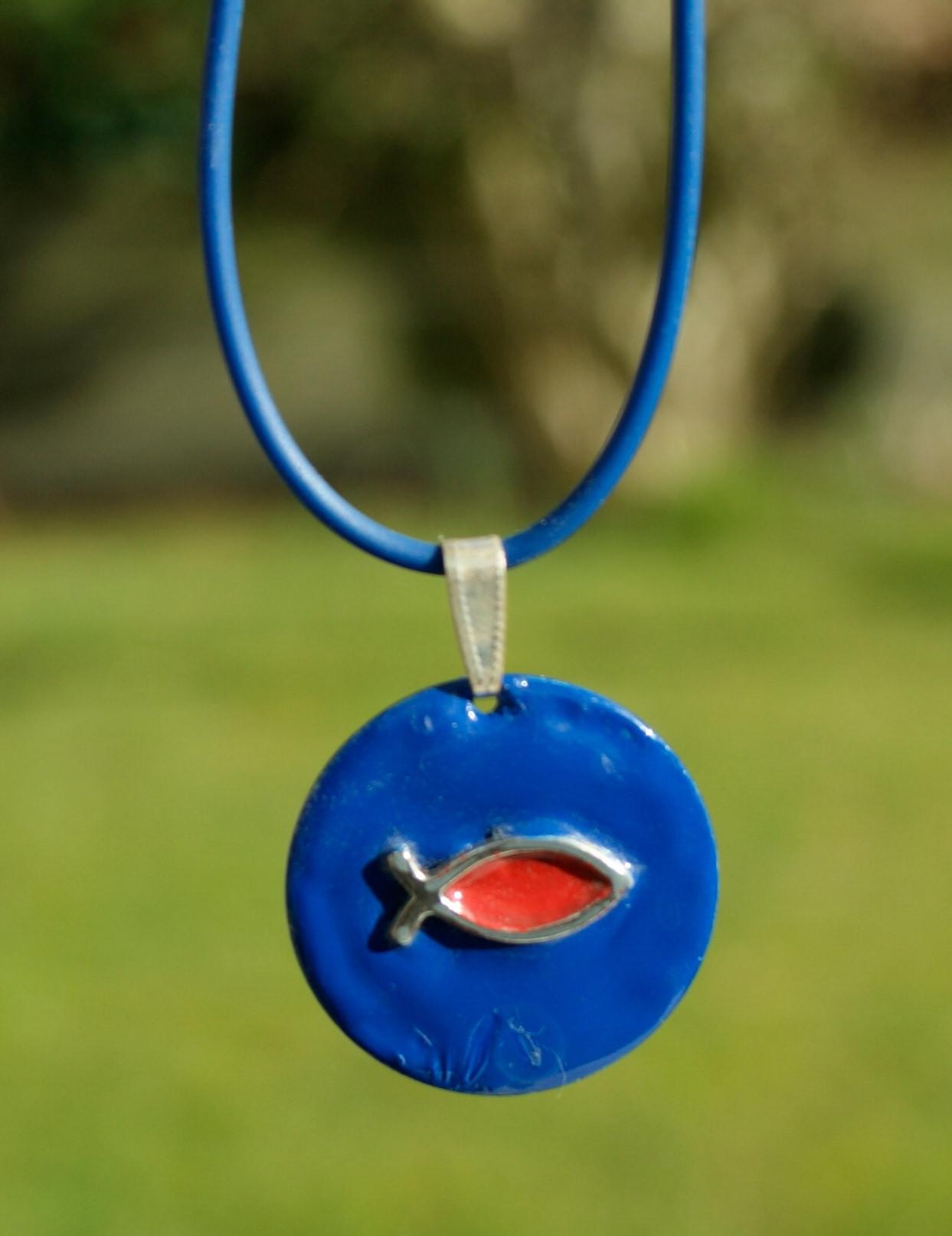 Kleinesbild - Anhänger Ichthys blau am Kautschukband christlich Fisch Emaille rot Geschenk Unikat
