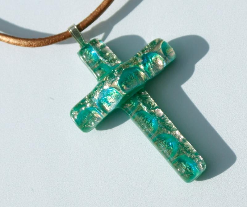 - grün-braunes KREUZ  aus dichroitischem Glas mit Lederband  - grün-braunes KREUZ  aus dichroitischem Glas mit Lederband