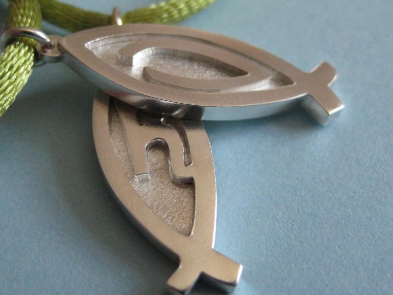 Kleinesbild - Silberanhänger Fisch mit Initial an Satinband