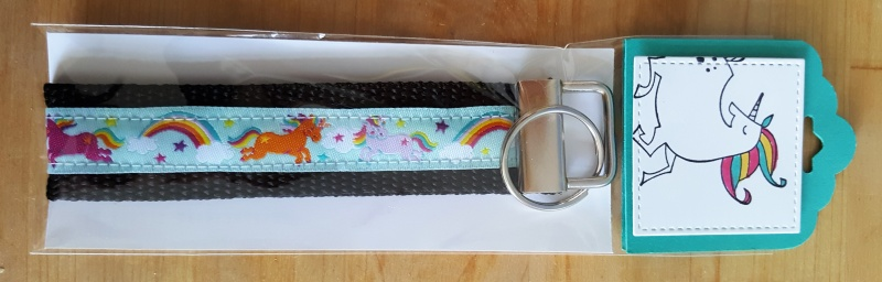 - Selbstgenähtes Schlüsselband in dekorativer Geschenkverpackung - Selbstgenähtes Schlüsselband in dekorativer Geschenkverpackung