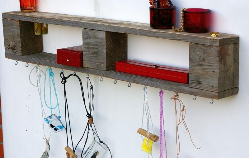 wohnen regal aus palettenholz f r schmuck schmuckregal. Black Bedroom Furniture Sets. Home Design Ideas