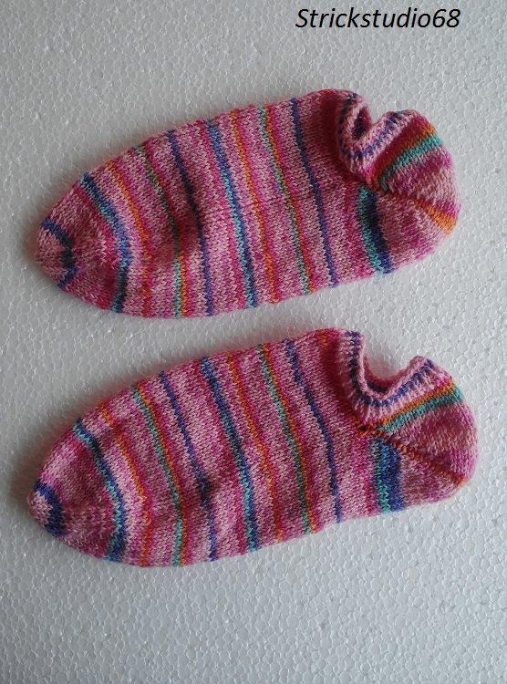 -  Handgestrickte Sneaker in der  Gr. 36/37 in Bonbon-Farben im gestreifen Farbverlauf  -  Handgestrickte Sneaker in der  Gr. 36/37 in Bonbon-Farben im gestreifen Farbverlauf