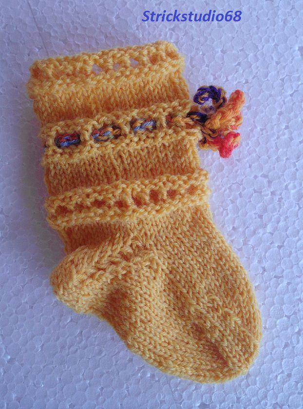 Kleinesbild - Handgestrickte Babysocken in gelb mit bunter gehäkelter Kordel jetzt entdecken   ♥