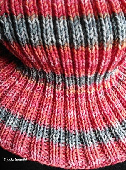 Kleinesbild -  Rundschal in modischer Farbe handgestrickt  aus merino color jetzt kaufen