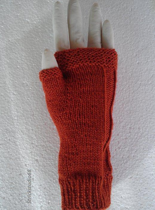 Kleinesbild -  Armstulpen handgestrickt für die Gr.S mit Zopf und Daumenkeil jetzt entdecken