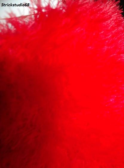 Kleinesbild -  Kuscheliger Rundschal  in rotem Kuschelgarn handgestrickt jetzt kaufen
