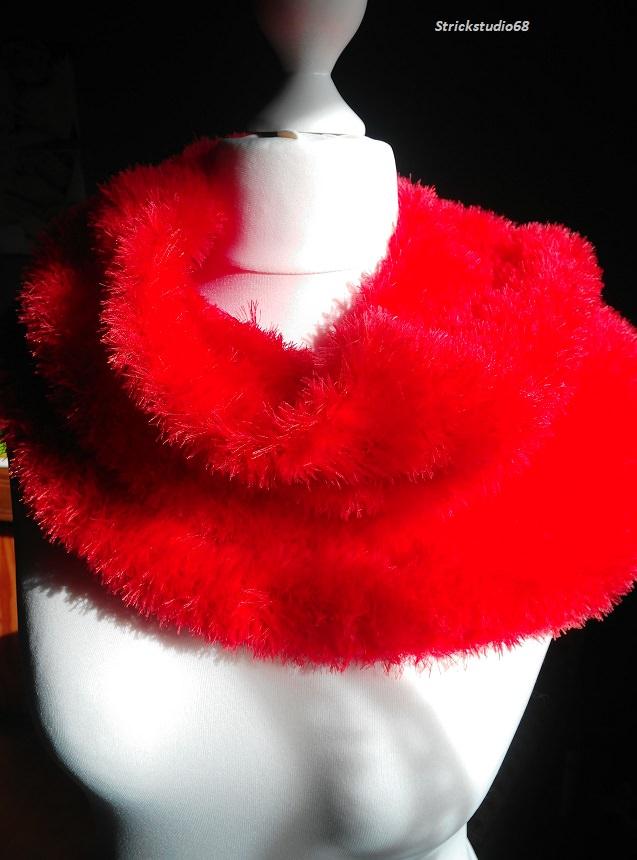 -  Kuscheliger Rundschal  in rotem Kuschelgarn handgestrickt jetzt kaufen -  Kuscheliger Rundschal  in rotem Kuschelgarn handgestrickt jetzt kaufen