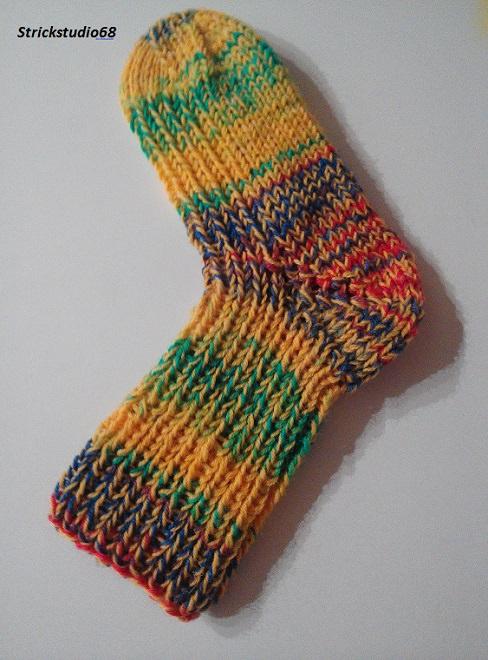 -  Dicke Kindersocken in Gr. 28/29 handgestrickt in gelber und bunter Sockenwolle jetzt kaufen -  Dicke Kindersocken in Gr. 28/29 handgestrickt in gelber und bunter Sockenwolle jetzt kaufen