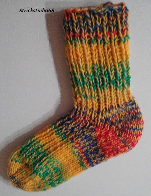 Kleinesbild -  Dicke Kindersocken in Gr. 28/29 handgestrickt in gelber und bunter Sockenwolle jetzt kaufen