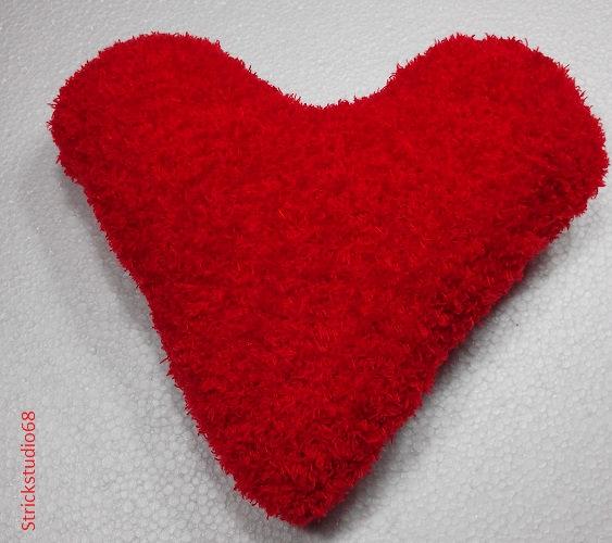 - Herz-Kissen handgestrickt in rot, kuscheliges Garn für die liebe Mutti, für alle die man gern hat und zur Dekoration - Herz-Kissen handgestrickt in rot, kuscheliges Garn für die liebe Mutti, für alle die man gern hat und zur Dekoration