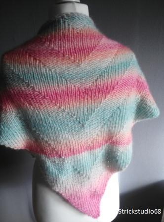 Kleinesbild - Dreiecktuch handgestrickt in pastellfarben