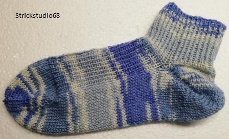 Kleinesbild - Socken kurze Form Gr. 40/41 in Farbverlaufsgarn in verschiedenen blautönen handgestrickt