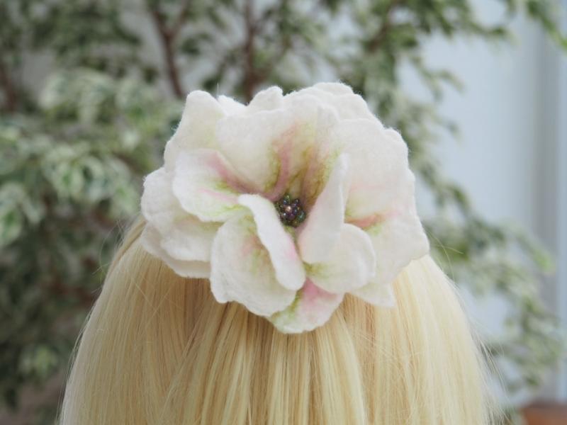 Kleinesbild - Prachtvolle Haarblüte in cremeweiß mit Perlenmitte