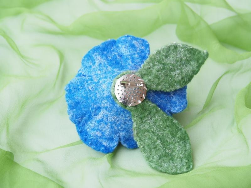 Kleinesbild - Bezaubernde Ansteckblüte in kräftigen Farben aus feiner Wolle/Seide Mischung