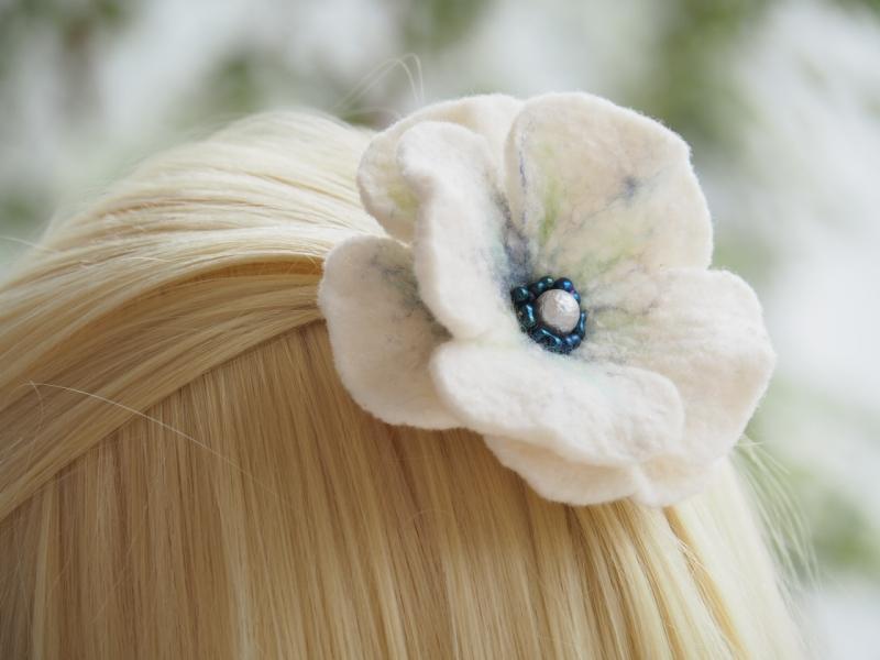 - *Bezaubernde Blüte *Haarschmuck*in Blau und Weiß *aus feiner Wolle*handgefertigt*  - *Bezaubernde Blüte *Haarschmuck*in Blau und Weiß *aus feiner Wolle*handgefertigt*