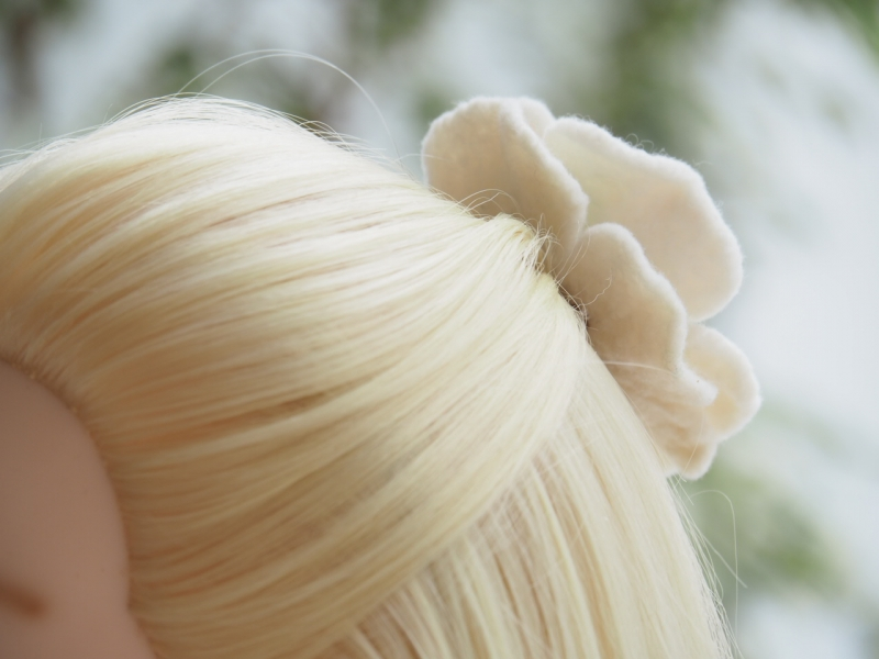 Kleinesbild - *Bezaubernde Blüte *Haarschmuck*in Blau und Weiß *aus feiner Wolle*handgefertigt*