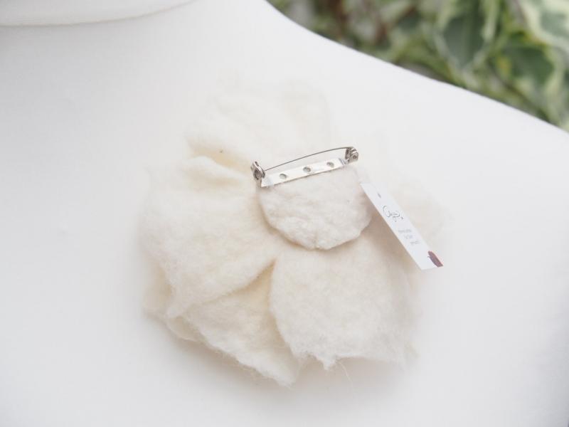 Kleinesbild - * BEZAUBERNDE BLÜTE * zum Anstecken * in Cremeweiß * aus feiner Wolle * handgefertigt *